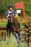 Horsebak dell'uomo sul galoppare il cavallo marrone della castagna Fotografia Stock