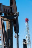 Horsehead pumpjack med en bakgrund för blå himmel Arkivbild