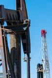 Horsehead-pumpjack mit einem Hintergrund des blauen Himmels Stockfotografie