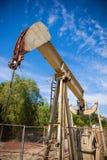 Horsehead pumpjack z niebieskiego nieba tłem Obraz Royalty Free