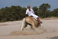 Horseriding i dyerna Arkivfoton