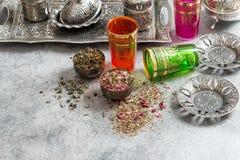 Horsetailinfusion in einem Glascup Orientalische Teller und Gläser stockfotografie