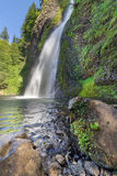 Horsetailnedgångar i den Columbia River klyftan med blå himmel Royaltyfria Bilder