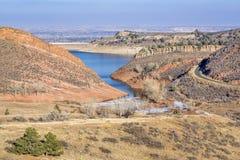 Horsetooth水库和山麓小丘在早期的冬天 库存照片