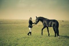 Horsewoman bildet das Pferd/die aufgeteilte Weinlese aus, die getont werden Stockfotos