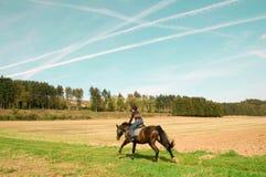 Horsewoman reitet volle Drehzahl. Lizenzfreie Stockbilder