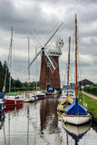 HORSEY WINDPUMP, HORSEY/UK : Yachts moored adjacent to Horsey Wi Stock Photos