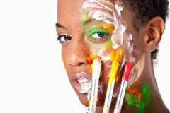 Hort Haar-Afroamerikanerfrau mit gemaltem Gesicht Lizenzfreie Stockfotografie