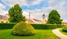 Hortaliças do parque da cidade e igreja de Saint Lawrence em Dacice, República Checa imagem de stock