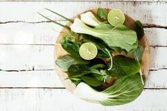 Hortaliças frescas molhadas na placa de corte Foto de Stock Royalty Free