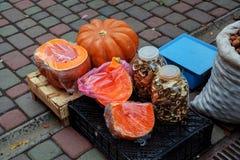hortaliças no mercado exterior da rua da cidade de Yangshuo na mola comércio da rua dos cogumelos e dos melões Imagem de Stock Royalty Free