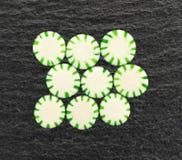 Hortelã da luz das estrelas da hortelã na ardósia preta Imagem de Stock Royalty Free