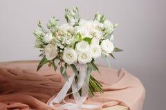 Hortensi bogactwa bukiet Rocznika florystyczny tło, kolorowe róże, antykwarscy nożyce i arkana na starym drewnianym stole, zdjęcie royalty free