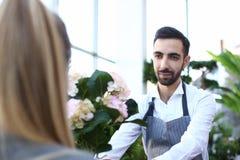 Hortensia barbudo de Giving White Flower del florista del hombre fotos de archivo