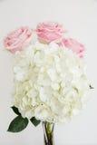 Hortensia blanca con 3 rosas rosas claras Fotografía de archivo libre de regalías