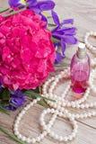 Hortensia und Irisblumenhintergrund lizenzfreies stockfoto