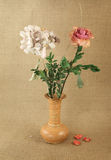 Hortensia und stieg in Vase Lizenzfreie Stockfotos