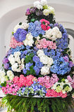 Hortensias colorés dans le grand bouquet sur la table Photo stock
