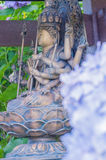 Hortensie und budda Statue lizenzfreie stockbilder