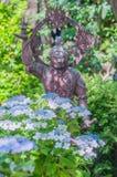 Hortensie und budda Statue stockbild