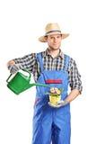 Horticulteur masculin arrosant une usine photo libre de droits