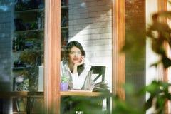 Horyzontalna fotografia dziewczyny outside przyglądającego rzutu nadokienny szkło obraz royalty free