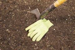 Ogrodowa łopata i rękawiczki Zdjęcia Royalty Free