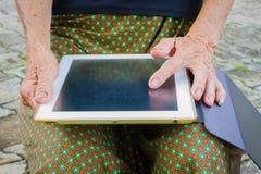 Horyzontalna fotografia zbliżenie starszej osoby azjatykcia kobieta używa pastylkę, technika Obrazy Royalty Free