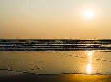 Horyzontalne żywe złote pływowe fala z słońca odbiciem Fotografia Royalty Free
