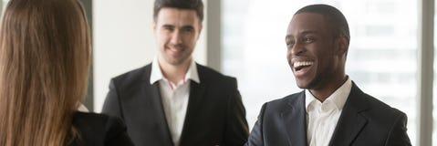 Horyzontalnego wizerunku różnorodni multiracial biznesmeni zaznajamiali spotkanie przy biurem obrazy stock