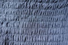Horyzontalni rzędy gromadzenia się shirring na błękitnej tkaninie Obraz Stock