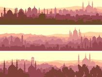 Horyzontalni sztandary duży arabski miasto przy zmierzchem. Obraz Stock