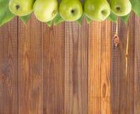 Horyzontalny bezszwowy tło z zielonymi jabłkami i liśćmi Obrazy Royalty Free