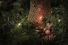 Horyzontalny boże narodzenie pokaz z myszy i sosny rożkami Obrazy Royalty Free