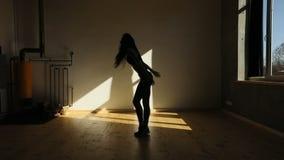 Horyzontalny boczny widok kobiety chodzenia nogi dźwiganie ręki i up i wolno ruszający się w dół Pracowniana lokacja zbiory wideo