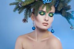 Horyzontalny portret młoda ładna kobieta z xmas wiankiem Obrazy Royalty Free