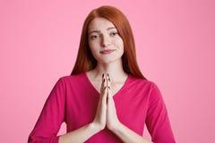 Horyzontalny portret młoda Europejska kobieta z piegami naciska palmy w gescie modlitwa wpólnie, beggs coś potrzebuje g zdjęcie royalty free
