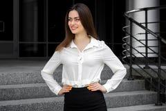 Horyzontalny portret piękna dziewczyna w białej koszula obrazy royalty free