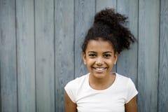 Horyzontalny strzał szczęśliwa śliczna dziewczyna zdjęcia stock