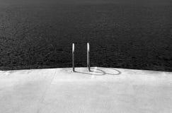 Horyzontalny widok betonowy pokład obok oceanu Obrazy Royalty Free