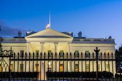 Horyzontalny widok Biały dom w washington dc przy błękitem obrazy stock