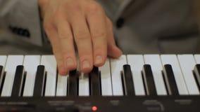 Horyzontalny widok m?skie pianista r?ki naciska klucze zdjęcie wideo