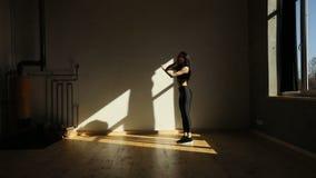 Horyzontalny widok sportowa kobieta skacze na miejscu w sprawności fizycznej studiu zbiory wideo