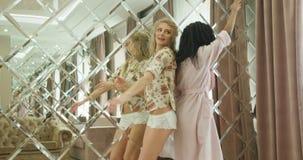 Horyzontalny widok szczęśliwe dziewczyny tanczy w pokoju hotelowym zdjęcie wideo
