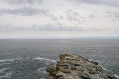 Horyzontu kreskowy widok od krańcowego punktu kontynent, skała przed niekończący się morzem fotografia royalty free