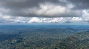 Horyzontu widoku chmury i wzgórza obraz royalty free