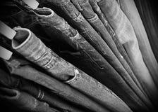 Hosen, die an einer Aufhängung hängen. Lizenzfreie Stockfotos