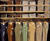 Hosen zeigen auf Regal an Stockfotos