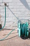 Hosepipe στον ηλιόλουστο κήπο στοκ εικόνα με δικαίωμα ελεύθερης χρήσης