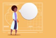 Hospital afroamericano femenino del trabajador de las clínicas médicas del doctor With Chat Bubble Foto de archivo